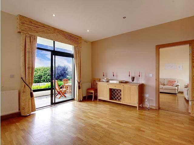 Sàn gỗ công nghiệp có nhiều ưu điểm nổi bật hơn các loại gạch lát nên hiện nay